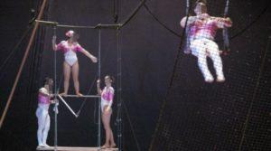 Trapecista con diarrea caga sobre 23 espectadores del circo.